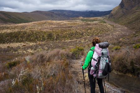 Frau Wanderer mit Rucksack Trampeln auf Tongariro Nationalpark in Neuseeland Standard-Bild - 70169733