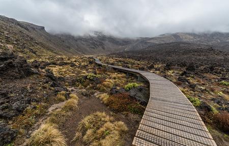 Holzsteg mit Vulkanische Gesteine ??Bildung neben in Tongariro Nationalpark, Neuseeland Standard-Bild - 70259697