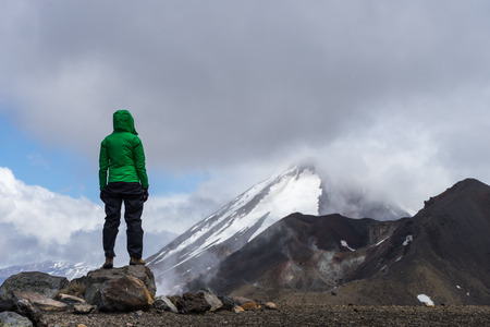 Woman hiker looking at Mt Ngauruhoe in Tongariro national park, New Zealand Standard-Bild