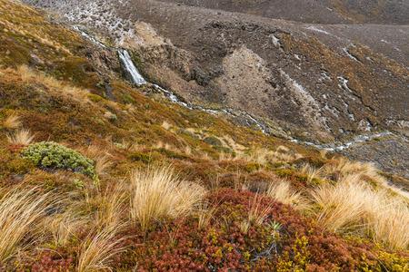 Schöner Wasserfall nahe Oturere-Hütte, Nationalpark Tongariro, Neuseeland Standard-Bild - 72833487