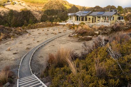 Ruapehu-Bezirk, Neuseeland - 30. Oktober 2016: Waihohonu-Hütte ist eine Hütte mit 28 Bunkern, die sich auf dem Tongariro Northern Circuit Great Walk befindet, der von der Department of Conservation (DOC) Neuseeland zur Verfügung gestellt wurde. Die Hütte ist von drei aktiven Vulkanen in Tongariro n umgeben Standard-Bild - 74089543