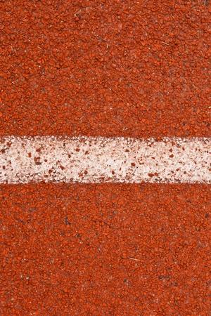divides: L�neas de rojas y blancas de pista dividen el cuadro del torneo