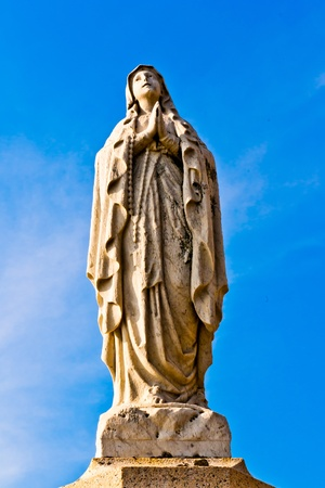 virgen maria: Estatua de la Virgen Mar�a y el cielo azul Foto de archivo
