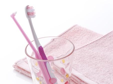 ガラスにピンクの歯ブラシ 写真素材