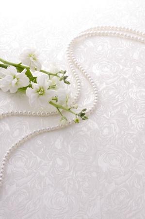 tissu blanc: petite fleur blanche et perle sur le tissu blanc Banque d'images