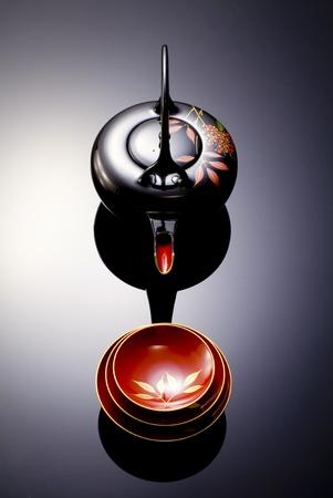 日本の酒カップとお祝いの鍋