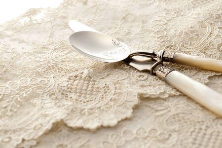 スプーンと白いレースのナプキンにナイフ