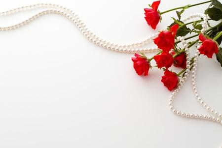 赤いバラとパールの背景イメージ