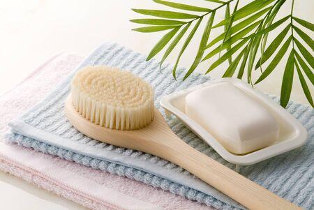 石鹸、ボディー ブラシ、お風呂時間イメージのタオル 写真素材