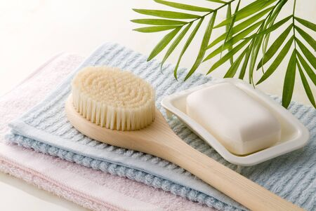 soap, body brush and towels of bath time image Stockfoto