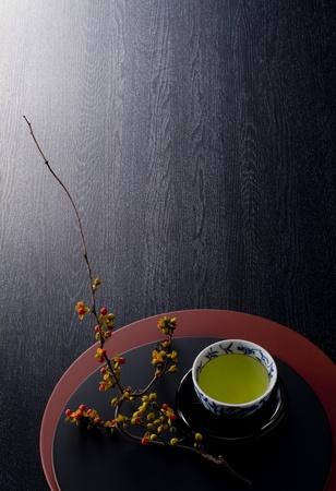 japonesa del té caliente en bandejas de laca