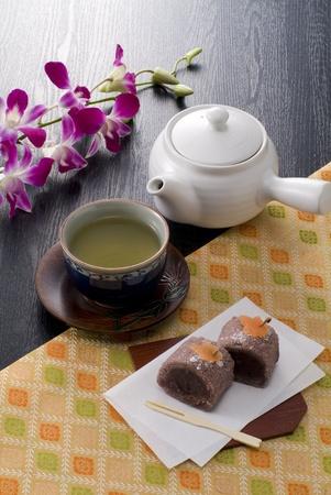 日本の熱いお茶、菓子類、および・和紙急須 写真素材
