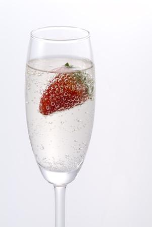 シャンパンとイチゴ ホワイト バック グラウンドを 写真素材