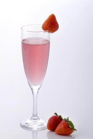 シャンパンとイチゴの白い背景を