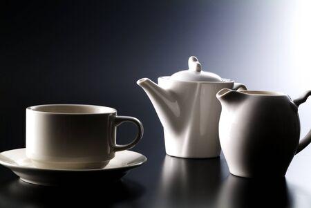 コーヒー カップ、ポット、黒の背景に牛乳