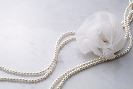necklace of pearls on marble 스톡 콘텐츠
