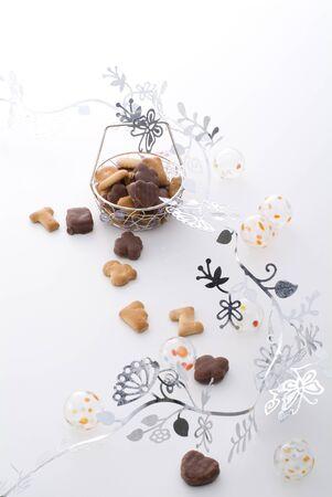 クッキーと白い背景の上の銀製の装飾 写真素材