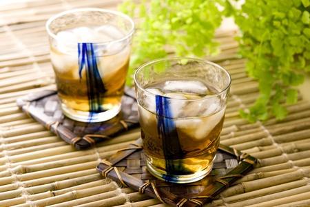 撒き餌の冷たいお茶は、日本の夏で一般的です。