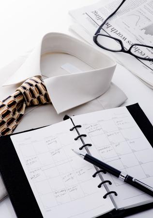 シャツ、ネクタイ、メガネ、新聞、ノートブック、buiness 男のペン 写真素材
