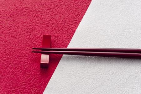 赤と白の和紙の上の箸 写真素材