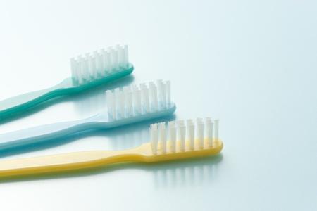 水色の背景の歯ブラシ 写真素材