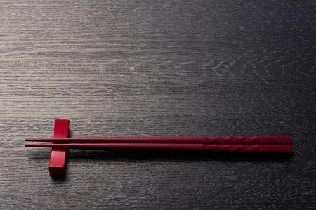 木製黒に赤い箸