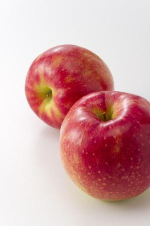 白い背景の上 2 つの新鮮なリンゴ