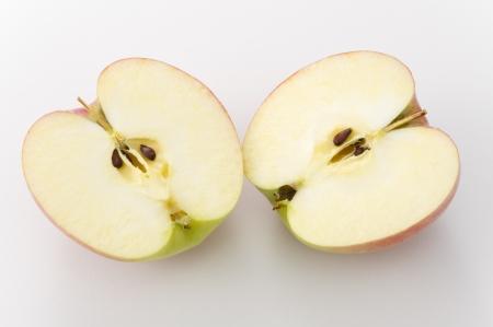 白い背景の上の切断のリンゴ