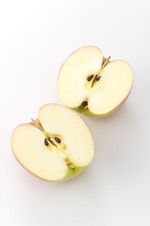 白い背景の上のカットりんご