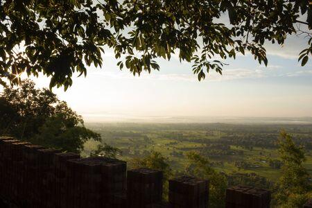 champ vert: Terrasse sur le sommet de la colline avec la vue du champ vert