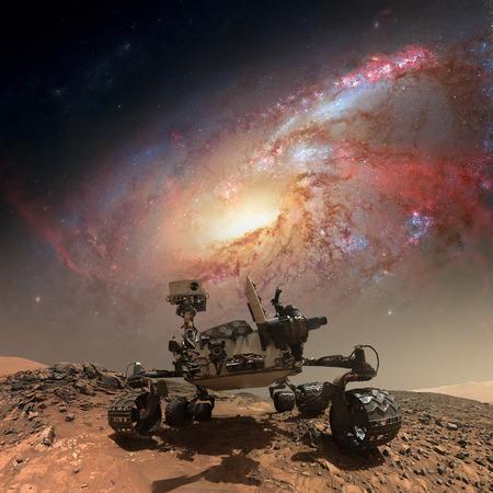 Curiosity rover onderzoekt het oppervlak van Mars. Geretoucheerde afbeelding. Stockfoto