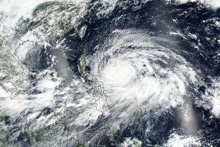 Super Typhoon Mangkhut (conosciuto localmente come Ompong) che si abbatte sulle Filippine.