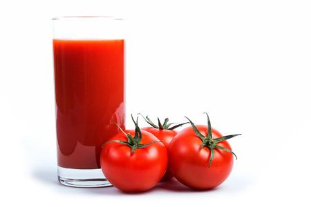 Tasty Tomatensaft und tomato39s über weiß. Standard-Bild
