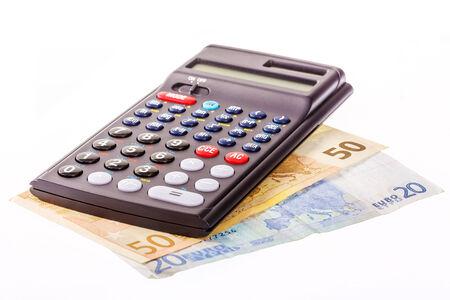 finanzen: Taschenrechner mit je einem zwanzig und fünfzig Euro Geldschein auf weissem Hintergrund