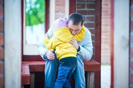 jardin de infantes: Papá y su hija están jugando en el parque hermoso de la primavera
