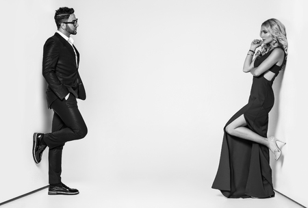 Retrato de una pareja de moda joven mirando a la cámara Foto de archivo - 65313064