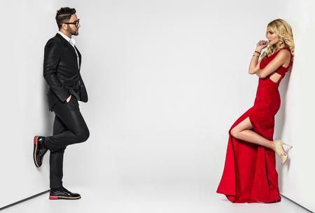 Porträt einer jungen Mode Paar schaut in die Kamera