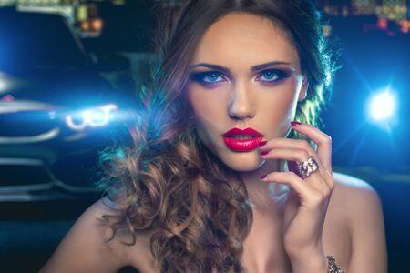 Mode-Frauen-Porträt. Modell im Vogue-Stil. Stilvolles Make-up und Maniküre Standard-Bild