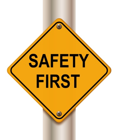 """seguridad e higiene: Se�al de tr�fico """"la seguridad primero"""" en el fondo blanco Foto de archivo"""
