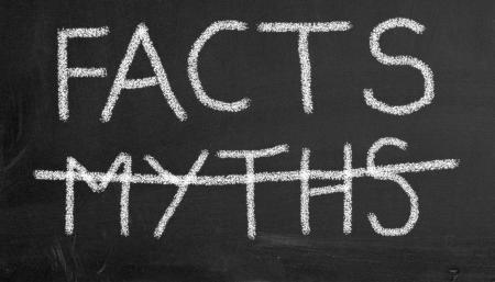 Illustratie van krijtbord met tekst feiten en gekruiste mythen