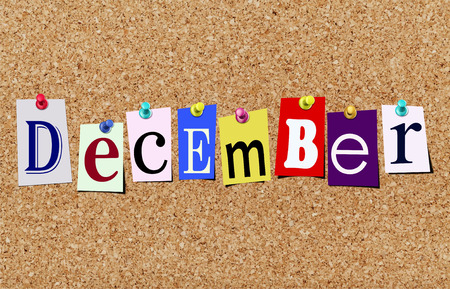 Illustration des Wortes Dezember in ausgeschnittenen Zeitschriftenbriefen, die an eine Korktafel angeheftet sind