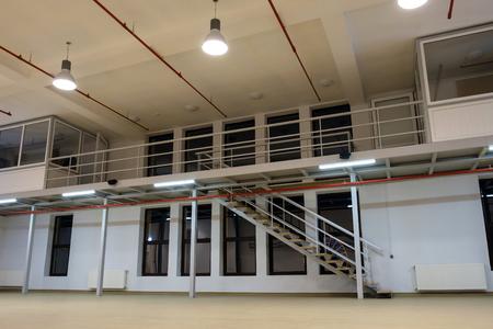 Interno di una grande stanza vuota con soppalco