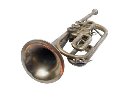 Ancienne trompette d'argent sur fond blanc, isolé