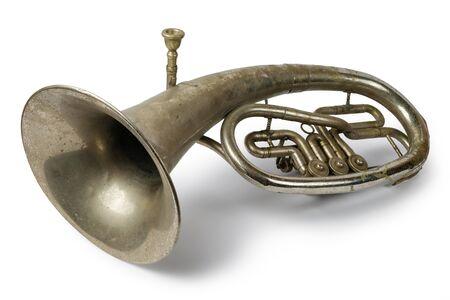 Cuerno tenor antiguo vintage sobre un blanco