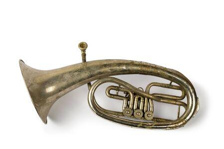 Vieux cor ténor vintage sur un blanc