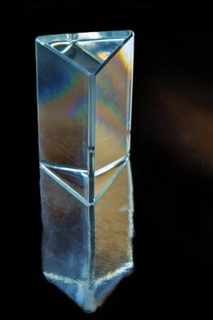 Prisma de vidrio con reflejo sobre fondo negro