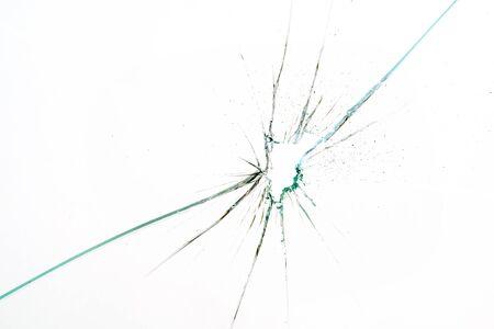 zerbrochenes und gesprungenes Glas mit Loch auf weißem Hintergrund