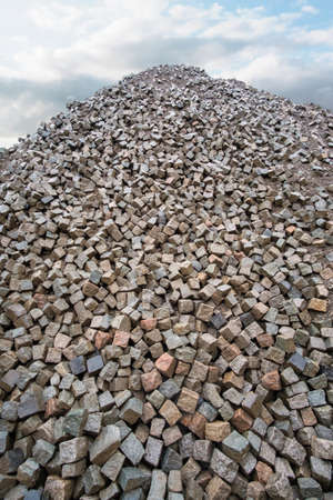 Large pile of grey natural stone cubes for making outdoor pavement tiles Banque d'images - 159137297