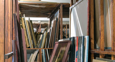 Wooden shelves full of pictures, Art gallery storage Banque d'images - 159213117