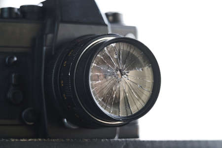 broken lens on the old vintage film camera on a white background 版權商用圖片